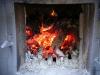 Holzfeuer in der Pot-Still Brennerei